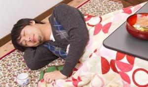 胃もたれなら体の右側を下にして寝る