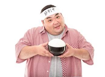 ご飯大盛りを食べる中年男性
