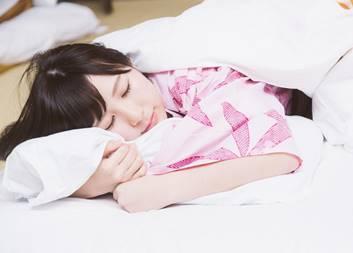 胃もたれの時に右を下にして寝る