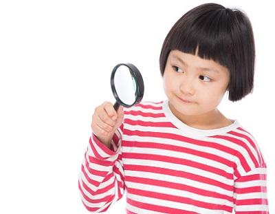 探し物をする女の子