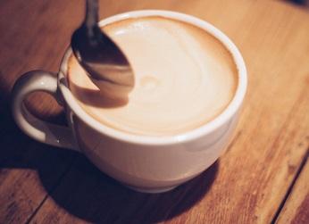 コーヒーにミルクを溶かす