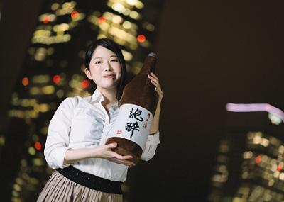 日本酒のクッションをもつOL女性